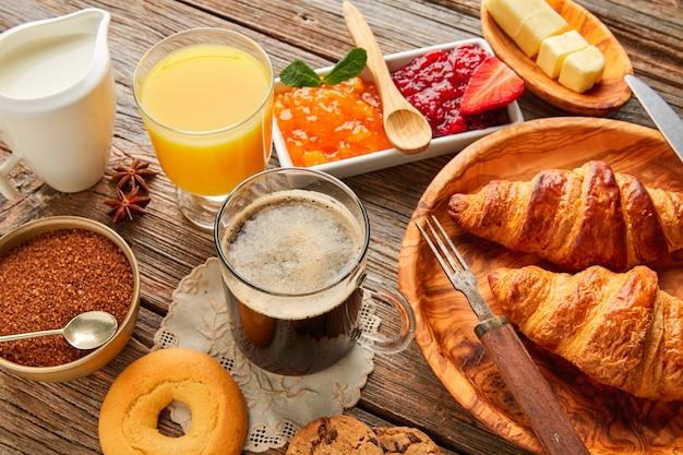 Desayuno continental croissant café zumo de naranja Foto Premium