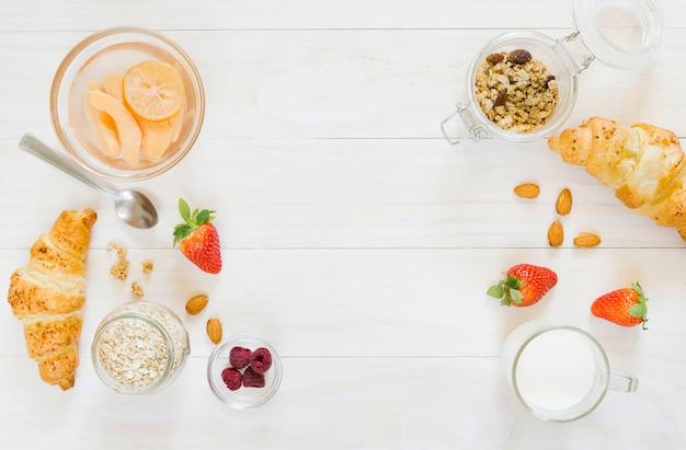 Desayuno con croissant y frutas Foto gratis