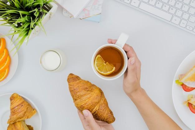 Desayuno con croissants y frutas Foto gratis