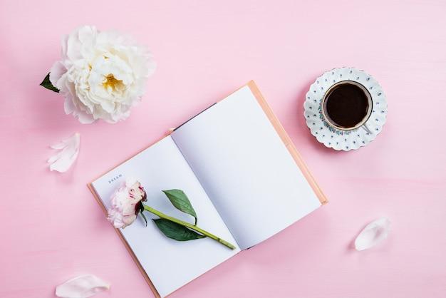 Desayuno con cuaderno, café y buen humor. Foto Premium
