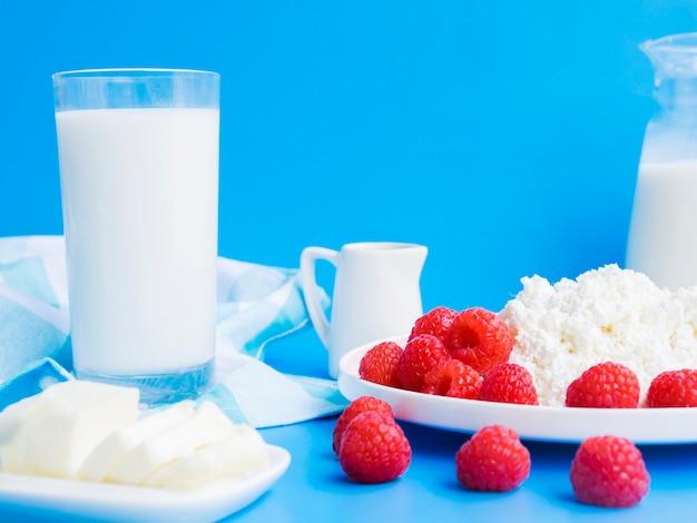 Desayuno con frambuesas y productos lácteos Foto gratis