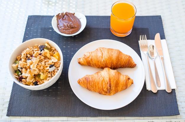 Desayuno fresco y delicioso en el restaurante del hotel. Foto Premium