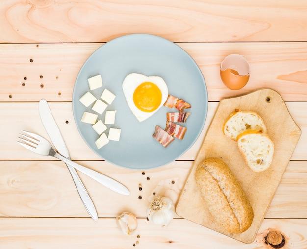 Desayuno con huevos y bacon Foto gratis