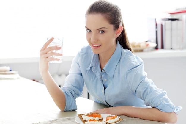Desayuno. linda chica en la mesa Foto gratis