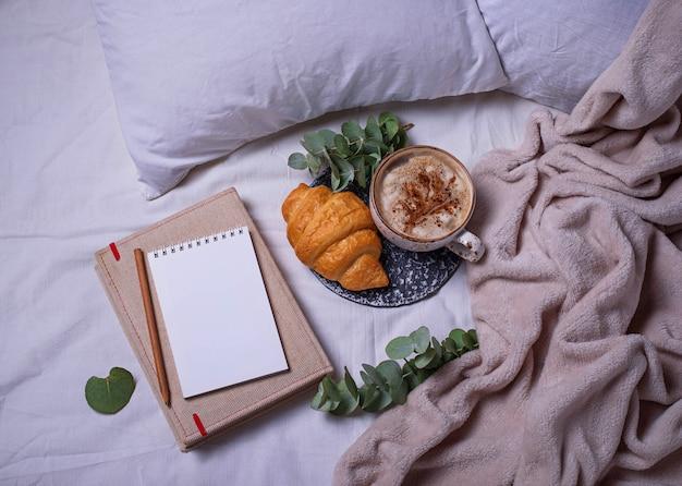 Desayuno en mal. croissants y taza de café Foto Premium