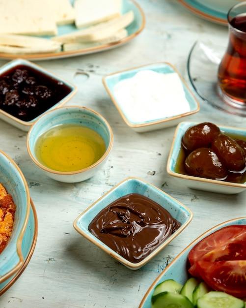 Desayuno de miel de chocolate y mermelada de higos Foto gratis