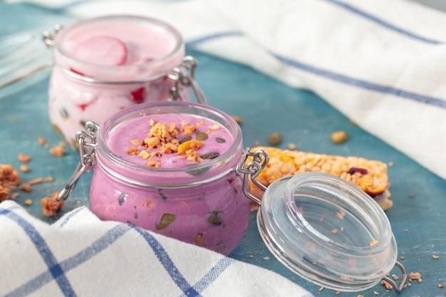 Desayuno parfait con granola casera y yogurt Foto Premium