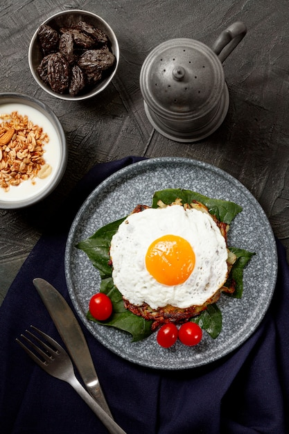 Desayuno plano de huevo frito Foto gratis