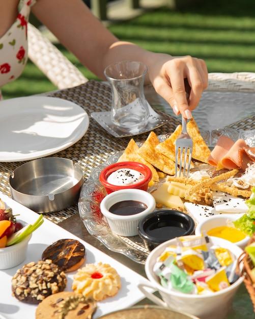 Desayuno plato de desayuno con queso mixto y salchichas Foto gratis