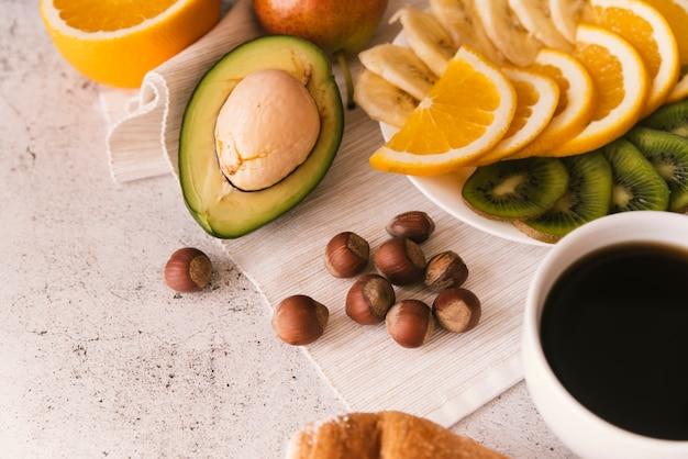 Desayuno sabroso de fruta y café. Foto gratis