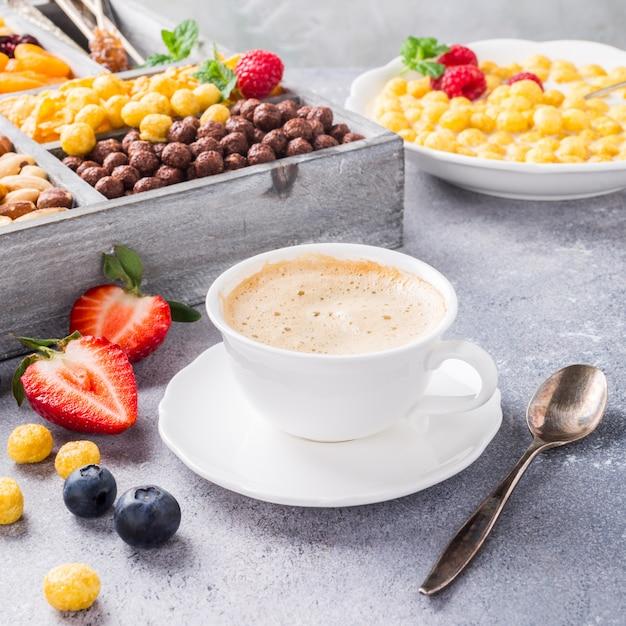 Desayuno saludable con café y cereales. Foto Premium