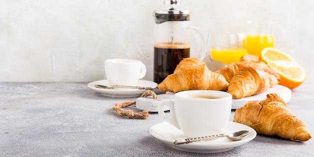 Desayuno saludable con café y cruasanes. Foto Premium