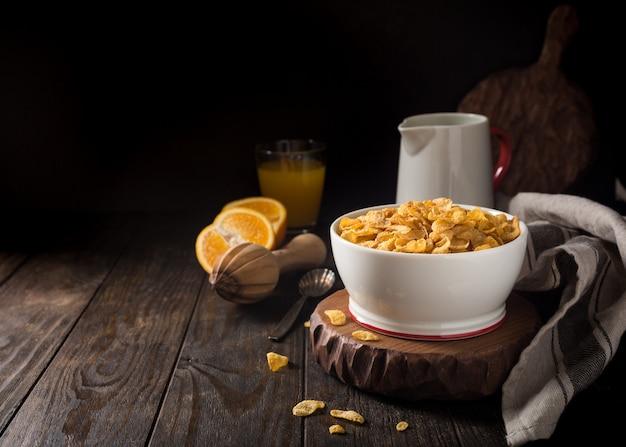 Desayuno saludable con copos de maíz Foto Premium