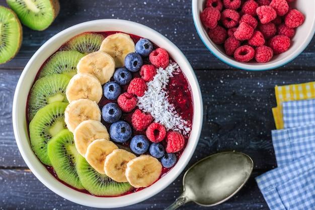 Desayuno saludable con un delicioso batido de acai en un tazón Foto Premium