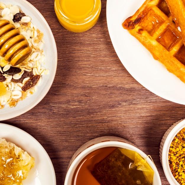 Desayuno saludable dispuesto en mesa de madera Foto gratis