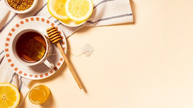 Desayuno saludable con miel y rodaja de limón Foto gratis