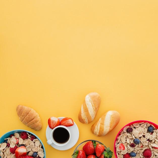 Desayuno saludable de yogurt con muesli y bayas Foto gratis