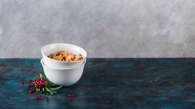 Desayuno sano con cereales y leche Foto gratis