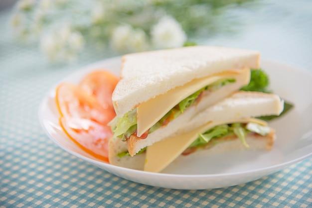 Desayuno de sanwich hecho en casa en una mesa - concepto de comida rápida por la mañana Foto gratis