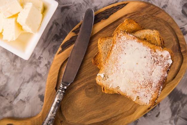 Desayuno simple de productos tradicionales - tostadas con mantequilla Foto Premium