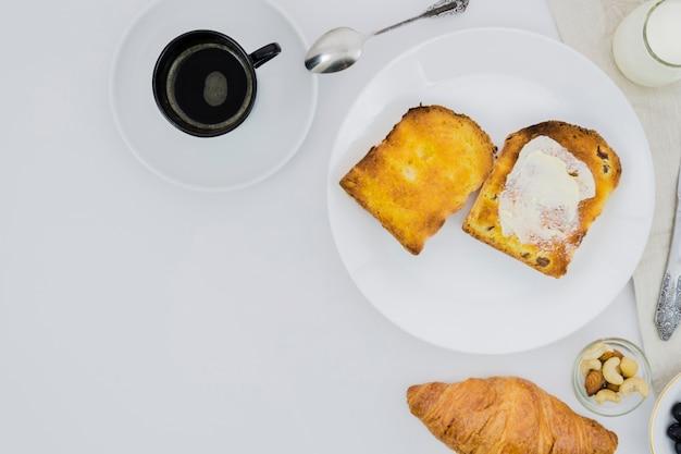 Desayuno con taza de café y fruta Foto gratis