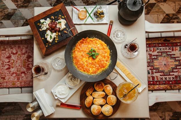 Desayuno con tortilla de tomate Foto gratis