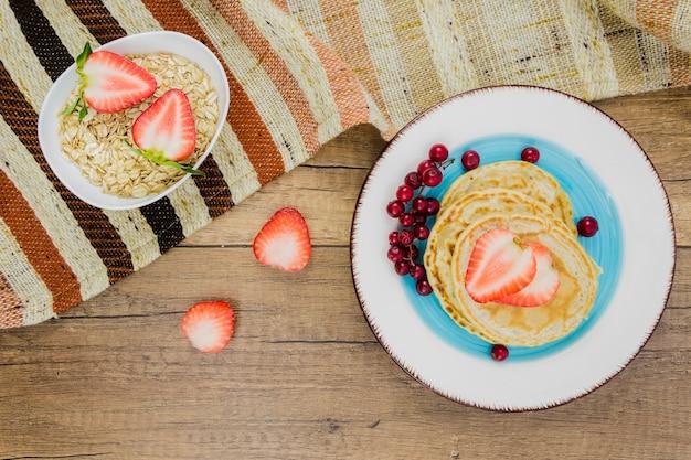 Desayuno con tortitas y fresas Foto gratis