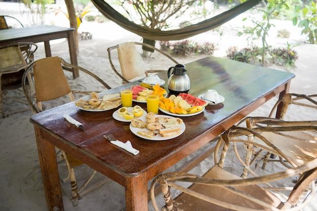 Desayuno tropical exótico en resort africano Foto Premium