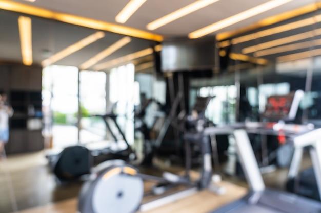 Desenfoque abstracto y equipo de fitness desenfocado en el interior del gimnasio, fondo borroso de la foto Foto gratis