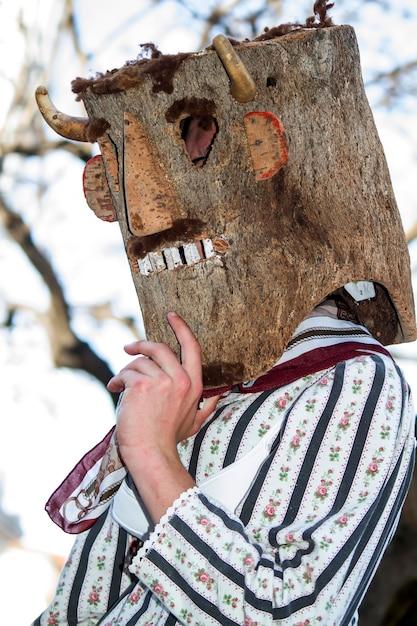 Desfile de disfraces y máscaras tradicionales de iberia en el viii festival internacional de máscaras ibéricas. Foto Premium
