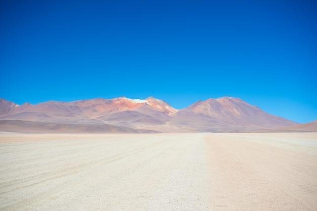 Desierto arenoso y volcán en los andes bolivianos Foto Premium