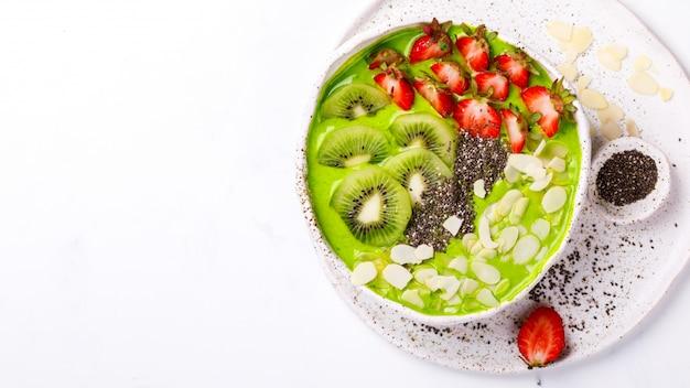 Desintoxicante smoothie verde. postre dulce de verano. Foto Premium