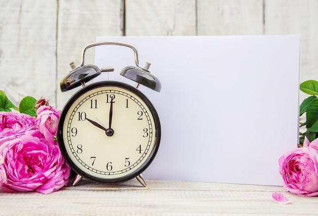 Despertador 10 horas. las flores enfoque selectivo Foto Premium