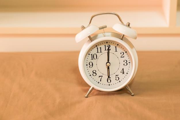 Despertador en la cama Foto Premium