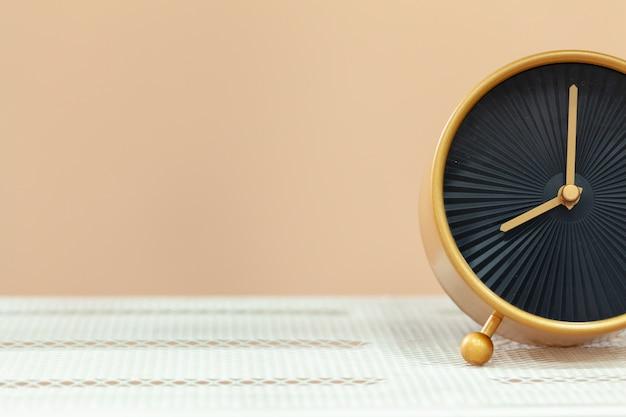 Despertador en mesa de madera de cerca Foto Premium