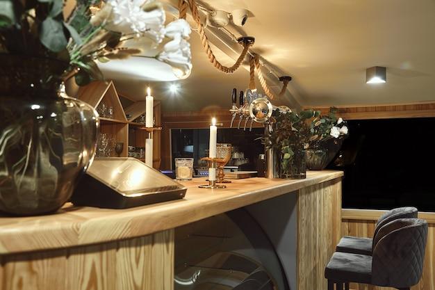 Detalle del interior del restaurante diseñado. mesa de bar en un restaurante caro Foto Premium