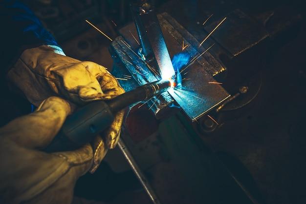 Detalle de soldadura de metal eléctrico Foto gratis