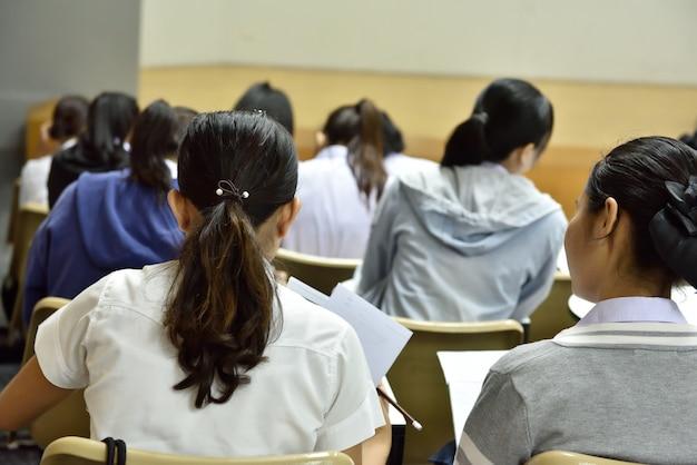 Detrás del aula en el nivel universitario. Foto Premium