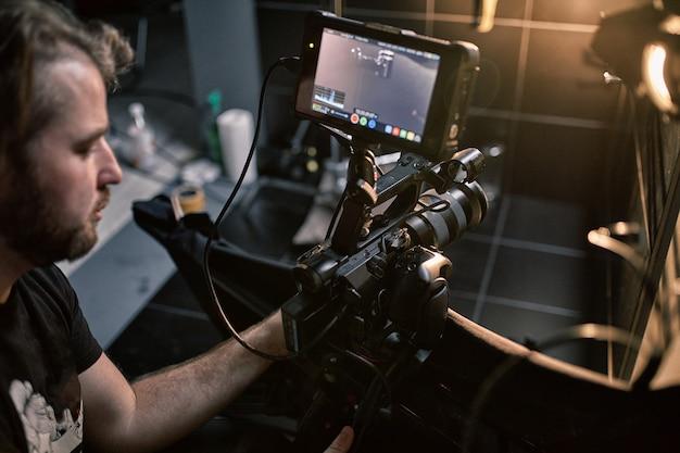 Detrás de escena de filmar películas o productos de video y el equipo de filmación del equipo de filmación en el set en el pabellón del estudio de cine. Foto Premium