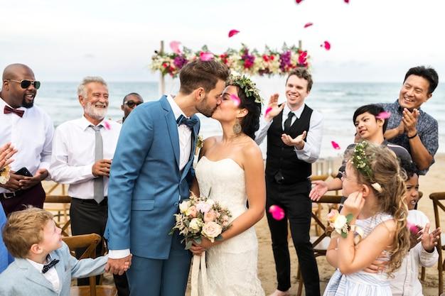 Día de la boda de la pareja caucásica joven Foto Premium