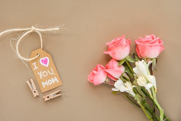 Día de la madre composición de flores y etiqueta. Foto gratis