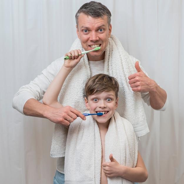 Día del padre cepillarse los dientes junto al concepto de hijo Foto Premium