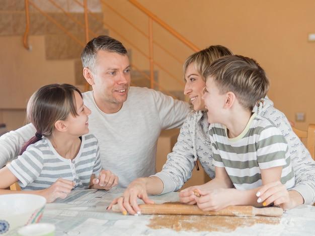 Día del padre con la familia en la mesa Foto gratis