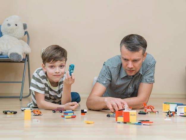 Día del padre padre e hijo jugando con lego Foto gratis