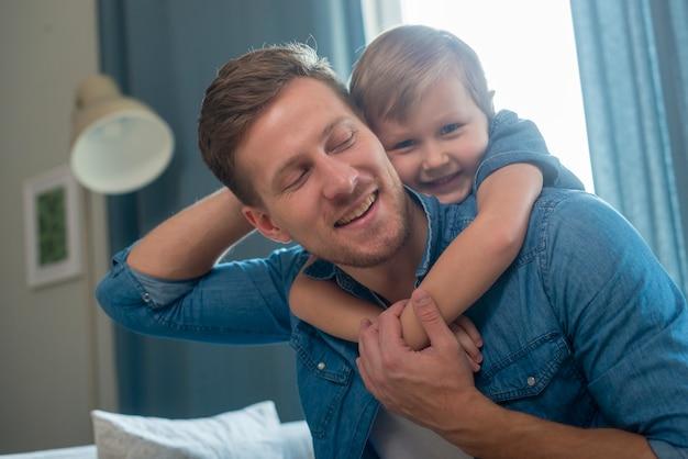 Día del padre padre e hijo tiro medio Foto Premium