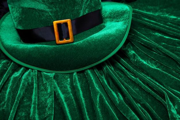Día de san patricio disfraz sombrero duende vacaciones verde kilt regalo irlandés corbata corazón marrón marzo Foto Premium