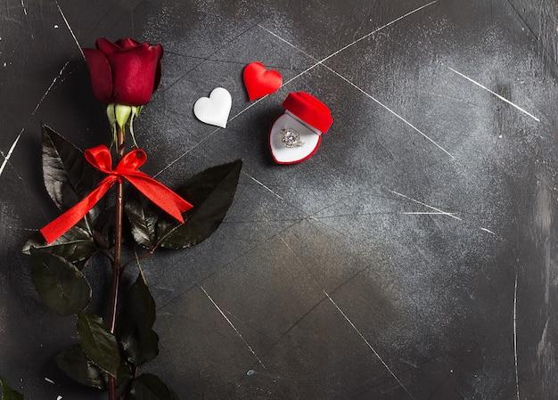 Día de san valentín casarse conmigo anillo de compromiso de boda en caja con regalo de rosa roja Foto gratis