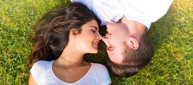 En el día de san valentín feliz pareja joven al aire libre Foto Premium