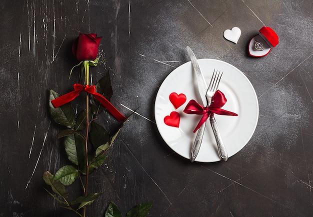 Día de san valentín mesa de ajuste cena romántica casarse conmigo anillo de compromiso de boda Foto gratis