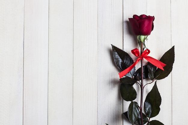 Día de san valentín para mujer madres día rojo rosa regalo sorpresa en madera blanca Foto gratis